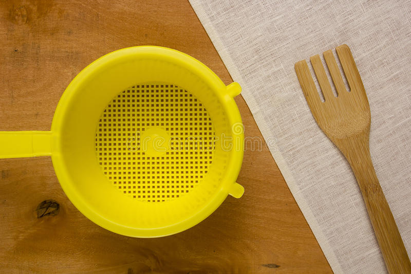 Κίτρινο πλαστικό τρυπητό στοκ εικόνες με δικαίωμα ελεύθερης χρήσης