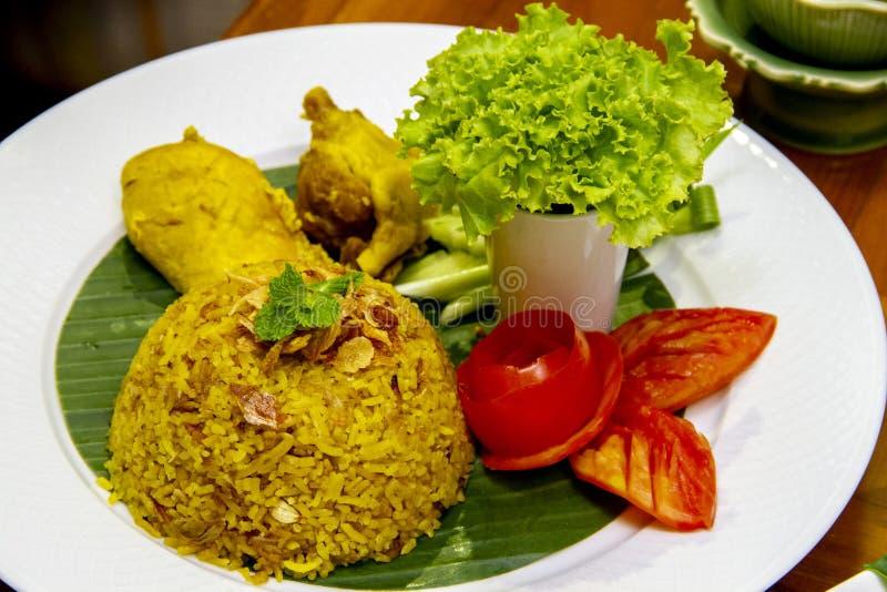 Κίτρινο ρύζι με το κοτόπουλο - ταϊλανδικά halal τρόφιμα στοκ εικόνα