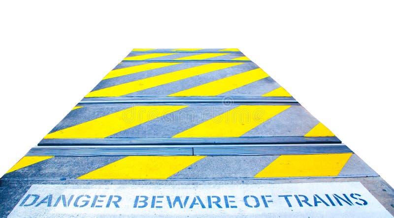 Κίτρινο σημάδι ζέβους περάσματος στο σιδηρόδρομο με τον κίνδυνο ` beware της ζωγραφικής μηνυμάτων τραίνων ` στο έδαφος που απομον στοκ φωτογραφία με δικαίωμα ελεύθερης χρήσης