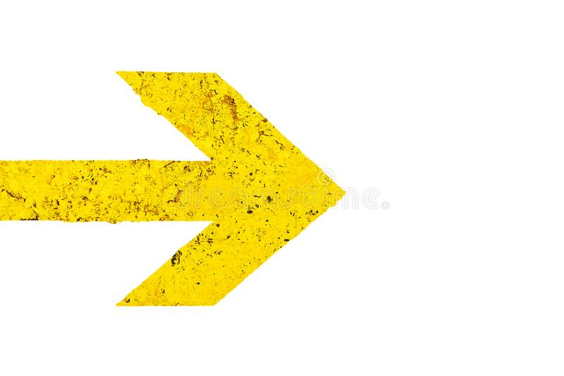 Κίτρινο σημάδι κατεύθυνσης βελών με τη γυαλισμένη σύσταση πετρών με τις ατέλειες και τις ρωγμές και απομονωμένος στο λευκό στοκ εικόνες με δικαίωμα ελεύθερης χρήσης