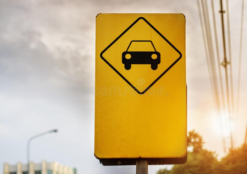 Κίτρινο σημάδι υπαίθριων σταθμών αυτοκινήτων στην πόλη στοκ εικόνα