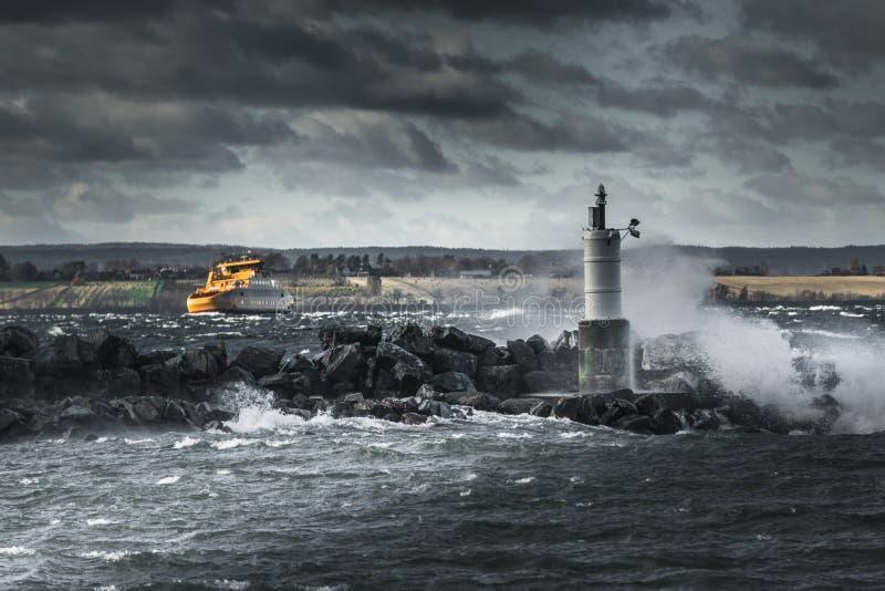 Κίτρινο σκάφος που αγωνίζεται στο θυελλώδη καιρό στοκ φωτογραφία με δικαίωμα ελεύθερης χρήσης