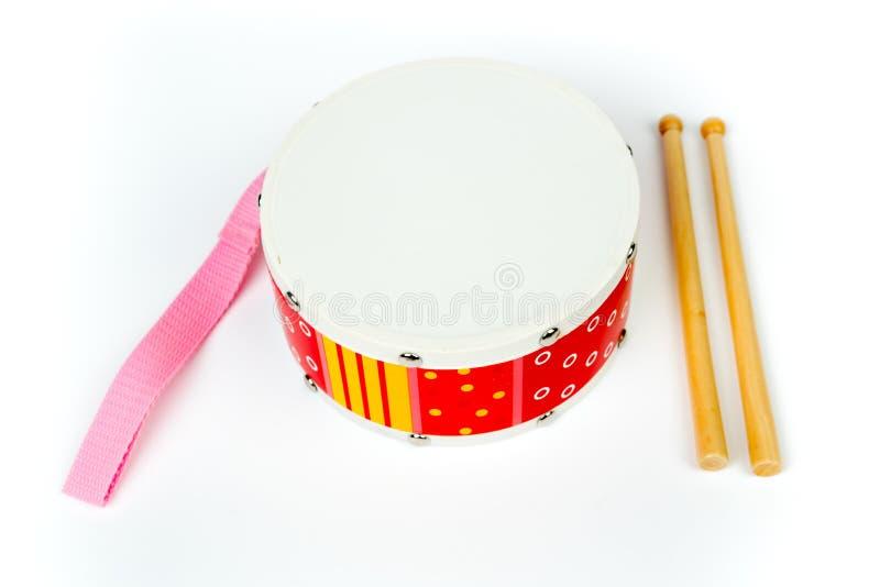 «Κίτρινο τύμπανο κόκκινο †με τα ραβδιά τυμπάνων που απομονώνονται στο άσπρο υπόβαθρο Μουσικό όργανο, παιχνίδι τυμπάνων για τα π στοκ εικόνες