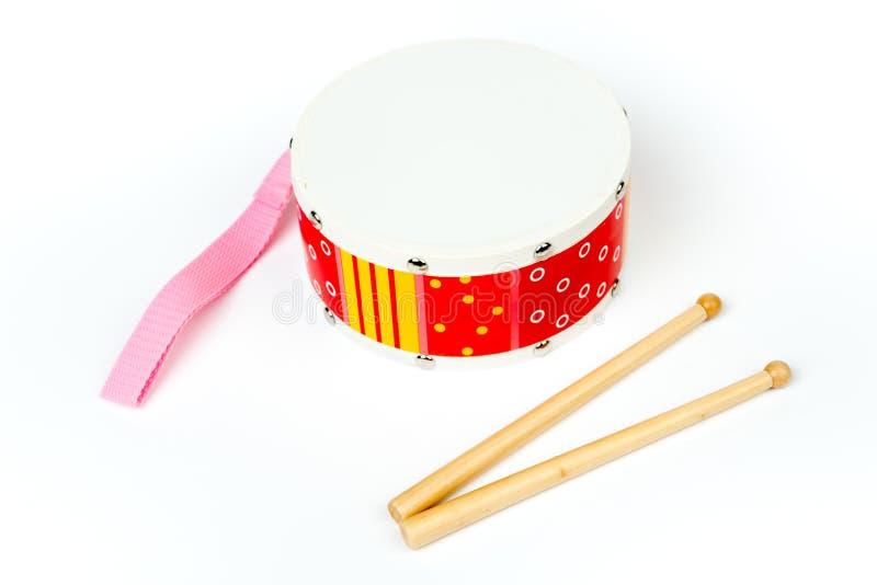 «Κίτρινο τύμπανο κόκκινο †με τα ραβδιά τυμπάνων που απομονώνονται στο άσπρο υπόβαθρο Μουσικό όργανο, παιχνίδι τυμπάνων για τα π στοκ εικόνα