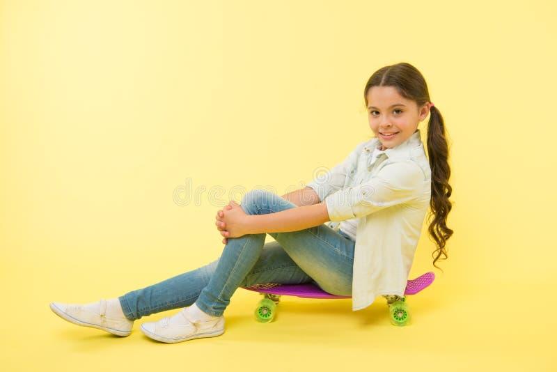 Κίτρινο υπόβαθρο πινάκων πενών γύρου κοριτσιών Παιδί που έχει τη διασκέδαση με τον πίνακα πενών Αγαπημένη δραστηριότητα χόμπι Πρό στοκ φωτογραφία