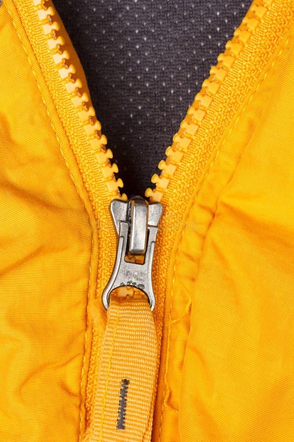 Κίτρινο φερμουάρ ανοικτό και στενό στοκ φωτογραφία με δικαίωμα ελεύθερης χρήσης