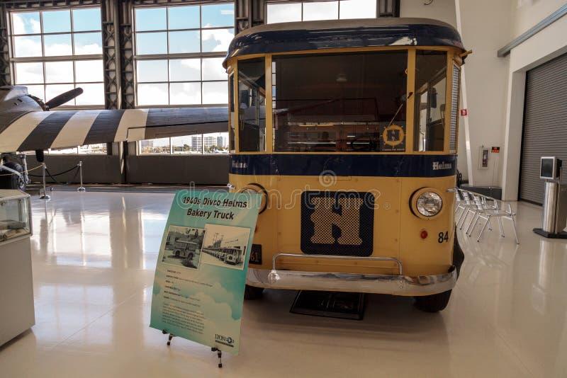 Κίτρινο φορτηγό αρτοποιείων τιμονιών Divco της δεκαετίας του '40 στοκ φωτογραφία με δικαίωμα ελεύθερης χρήσης