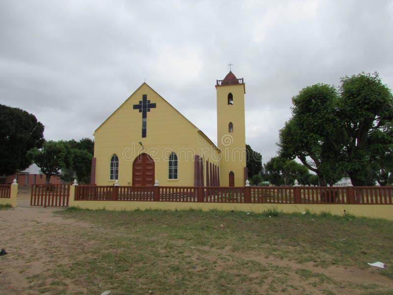Κίτρινο χρωματισμένο κτήριο εκκλησιών με το συννεφιάζω γκρίζο σύννεφο backround στοκ εικόνες με δικαίωμα ελεύθερης χρήσης
