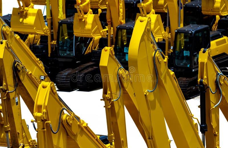 Κίτρινο backhoe τον υδραυλικό βραχίονα εμβόλων που απομονώνεται με στο λευκό Βαριά μηχανή για την ανασκαφή στο εργοτάξιο οικοδομή στοκ φωτογραφία με δικαίωμα ελεύθερης χρήσης