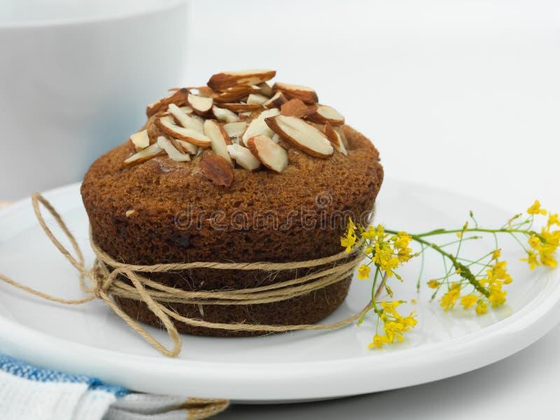 Κίτρινο muffin αμυγδάλων λουλουδιών στοκ εικόνες