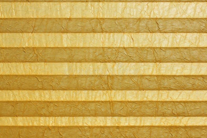 Κίτρινο plissee, τυφλό στο παράθυρο στοκ εικόνα
