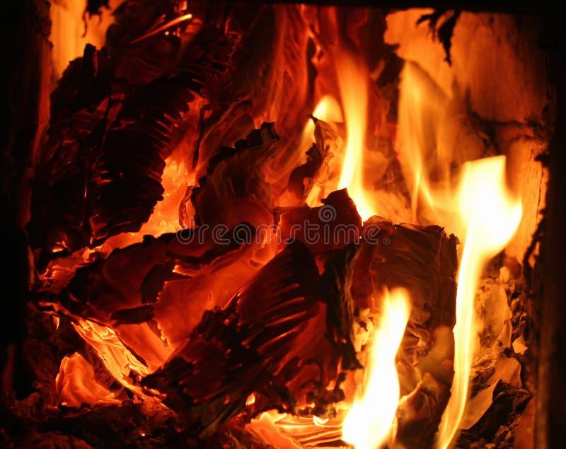 Καίγοντας έγγραφο και χαρτόνι - πορτοκαλιές καμμένος φλόγες στοκ εικόνες