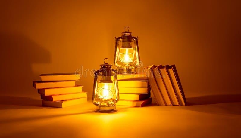 Καίγοντας λαμπτήρες κηροζίνης και βιβλία, έννοια μαγική του φωτός στοκ εικόνα με δικαίωμα ελεύθερης χρήσης