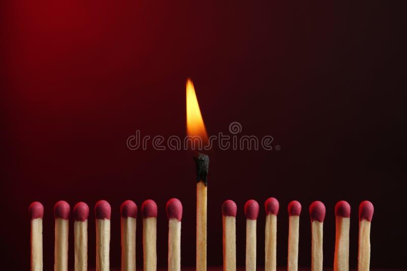 Καίγοντας αντιστοιχία μεταξύ άλλων Έννοια διαφοράς και μοναδικότητας στοκ φωτογραφία
