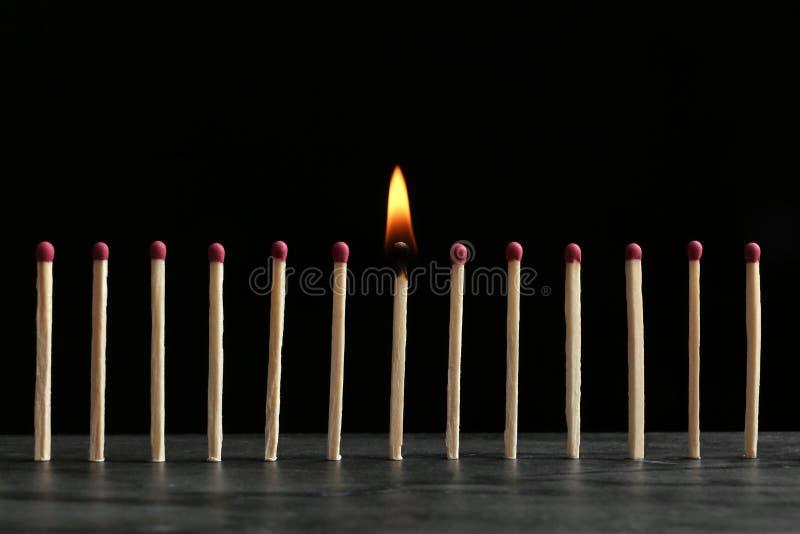 Καίγοντας αντιστοιχία μεταξύ άλλων στον πίνακα στο μαύρο κλίμα στοκ φωτογραφία με δικαίωμα ελεύθερης χρήσης