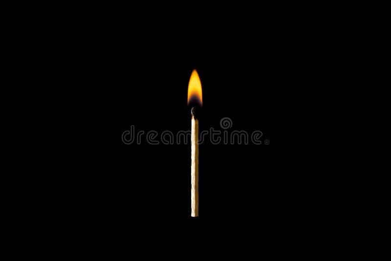 Καίγοντας αντιστοιχία σε ένα απομονωμένο ο Μαύρος υπόβαθρο στοκ φωτογραφίες