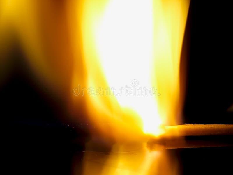 Καίγοντας αντιστοιχία σε μια μαύρη ανασκόπηση στοκ εικόνα με δικαίωμα ελεύθερης χρήσης