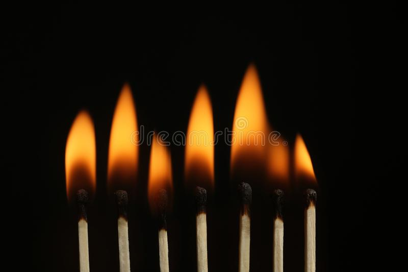 Καίγοντας αντιστοιχίες στο μαύρο υπόβαθρο στοκ φωτογραφία με δικαίωμα ελεύθερης χρήσης