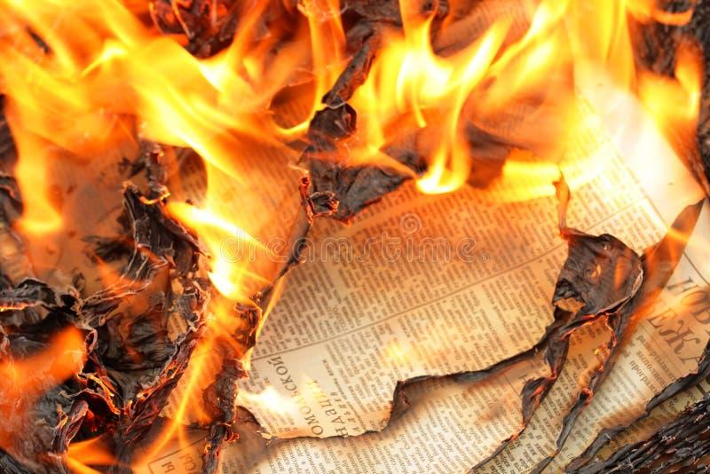 καίγοντας εφημερίδες στοκ φωτογραφίες