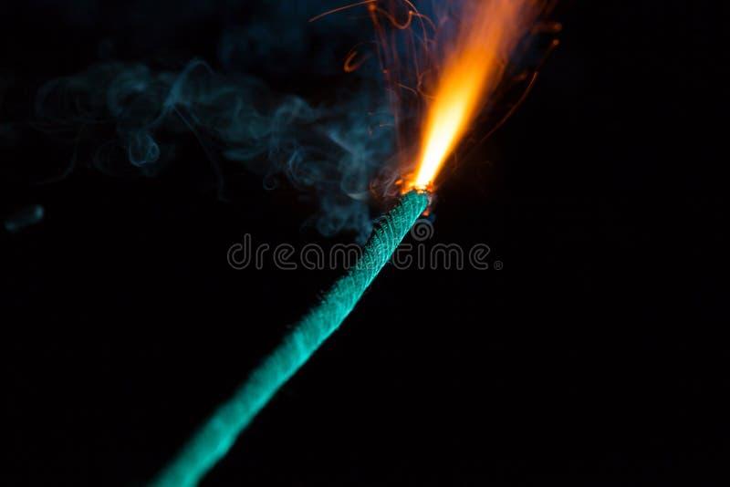 Καίγοντας θρυαλλίδα με τους πορτοκαλιούς σπινθήρες στοκ φωτογραφία με δικαίωμα ελεύθερης χρήσης