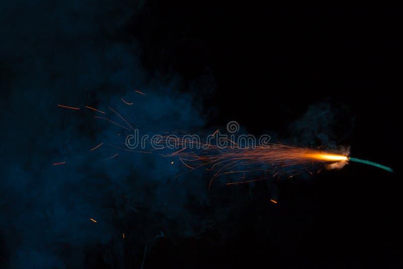Καίγοντας θρυαλλίδα με τους σπινθήρες και τον καπνό στοκ φωτογραφία με δικαίωμα ελεύθερης χρήσης