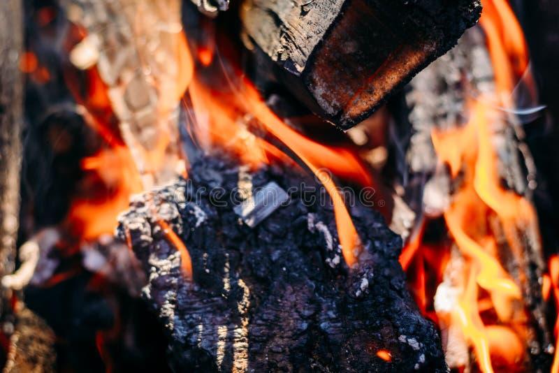 Καίγοντας καυσόξυλο χοβόλεων ξυλάνθρακα με τις τέφρες και τις φλόγες στοκ φωτογραφίες