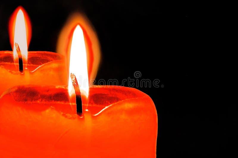 Καίγοντας κερί με την αντανάκλαση ή το ζευγάρι των κεριών με τη φλόγα στο μαύρο backgroung με μακροεντολή της πνευματικότητας θρη στοκ εικόνες με δικαίωμα ελεύθερης χρήσης