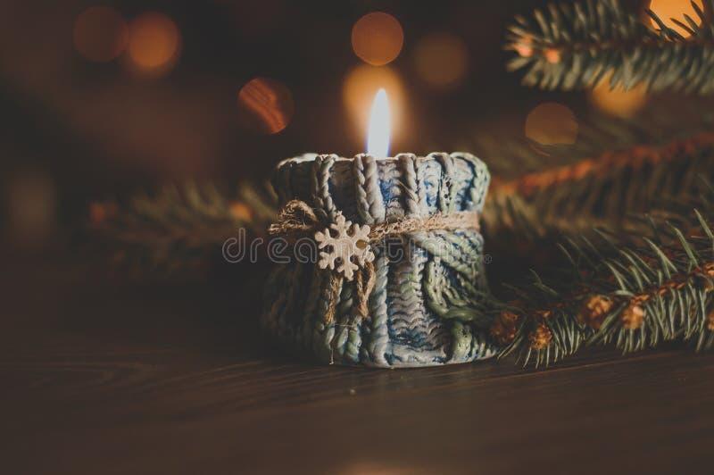 Καίγοντας κερί σε ένα άνετο μπλε κηροπήγιο με snowflake στο θόριο στοκ φωτογραφία με δικαίωμα ελεύθερης χρήσης