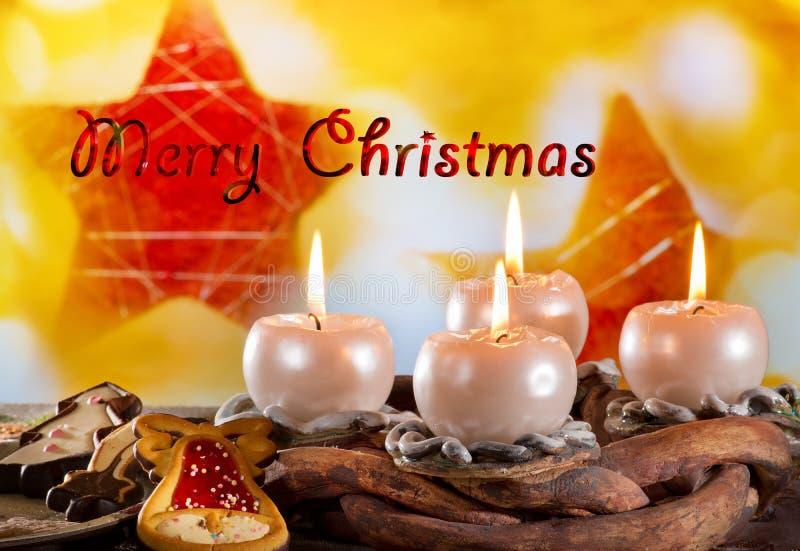 Καίγοντας κεριά και Χαρούμενα Χριστούγεννα κειμένων στοκ εικόνες με δικαίωμα ελεύθερης χρήσης