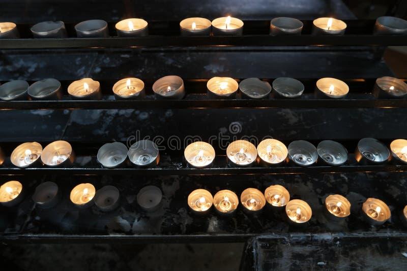 Καίγοντας κεριά στην εκκλησία Έννοια της θρησκείας στοκ εικόνες με δικαίωμα ελεύθερης χρήσης
