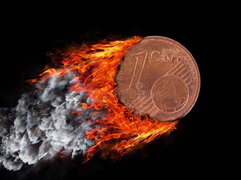 Καίγοντας νόμισμα με ένα ίχνος της πυρκαγιάς και του καπνού στοκ φωτογραφίες με δικαίωμα ελεύθερης χρήσης