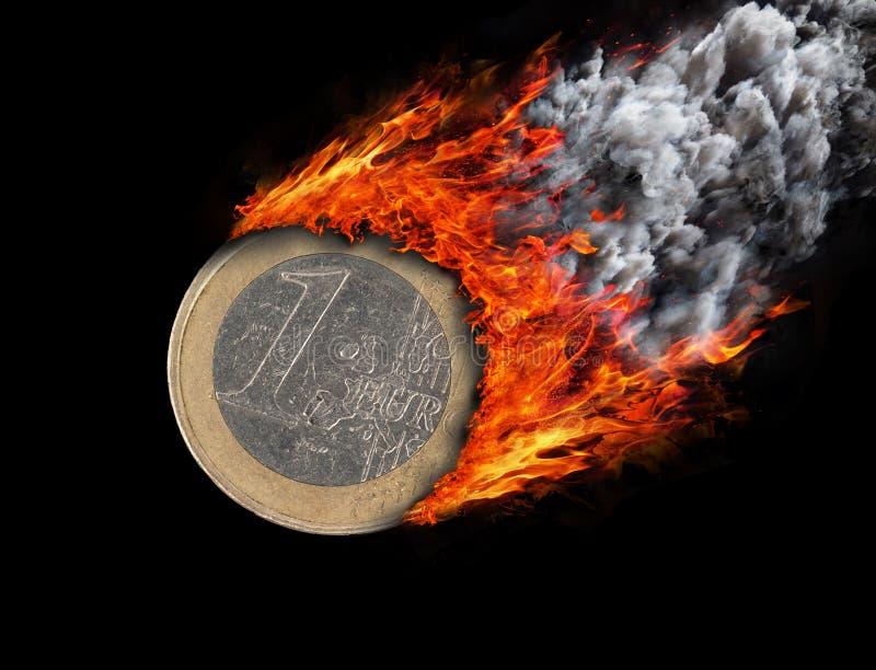 Καίγοντας νόμισμα με ένα ίχνος της πυρκαγιάς και του καπνού στοκ εικόνες