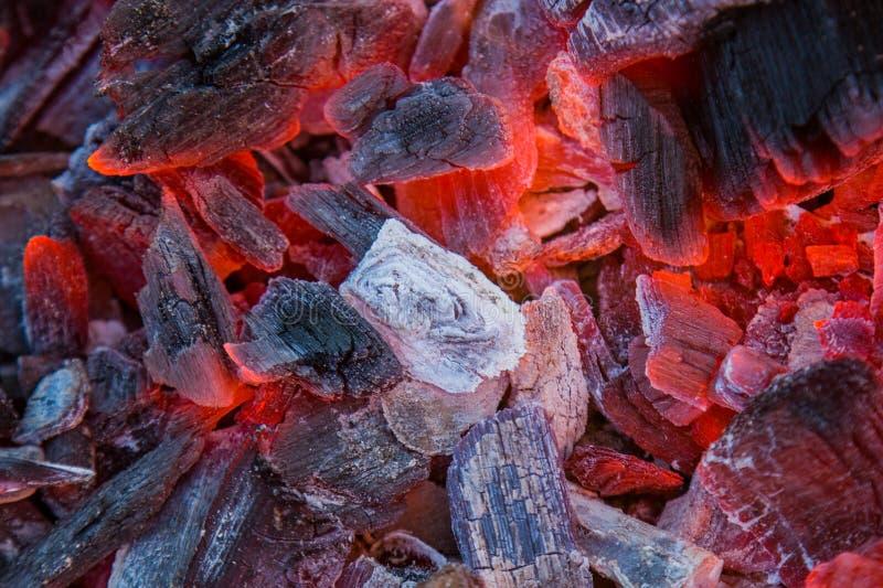 Καίγοντας ξυλάνθρακας ως υπόβαθρο, σύσταση κινηματογράφηση σε πρώτο πλάνο, τοπ άποψη στοκ εικόνα