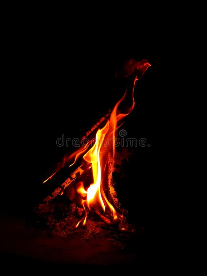 Καίγοντας ξύλο στο σκοτάδι στοκ φωτογραφίες