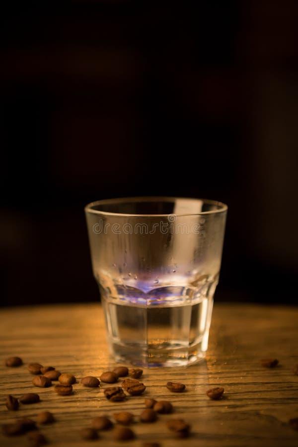 Καίγοντας ποτό οινοπνεύματος σε έναν μετρητή στοκ εικόνες με δικαίωμα ελεύθερης χρήσης