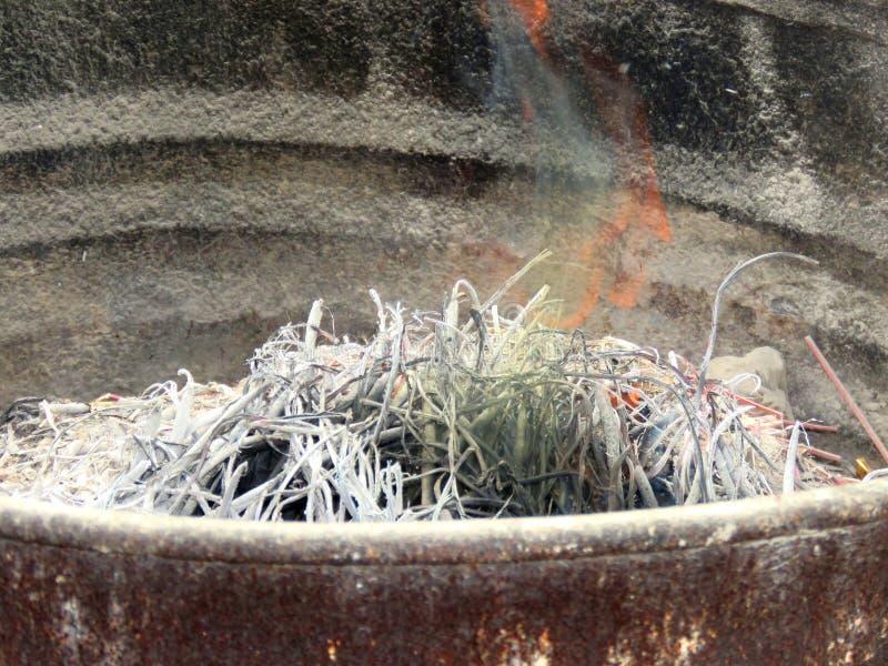 Καίγοντας ραβδί θυμιάματος στις δεξαμενές χάλυβα που παραμένουν αλλά τέφρες στοκ εικόνες με δικαίωμα ελεύθερης χρήσης