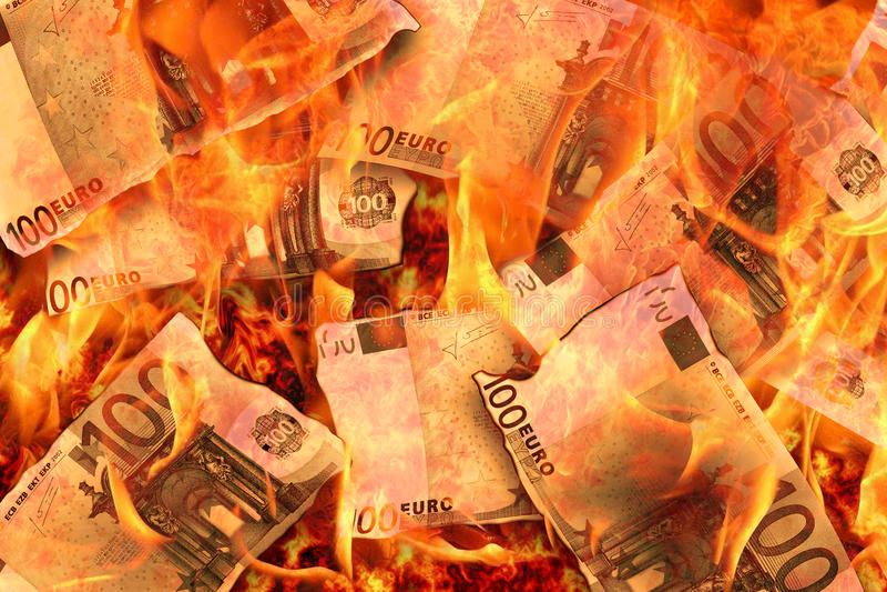 Καίγοντας φλόγες 100 ευρο- τραπεζογραμμάτια στοκ εικόνες