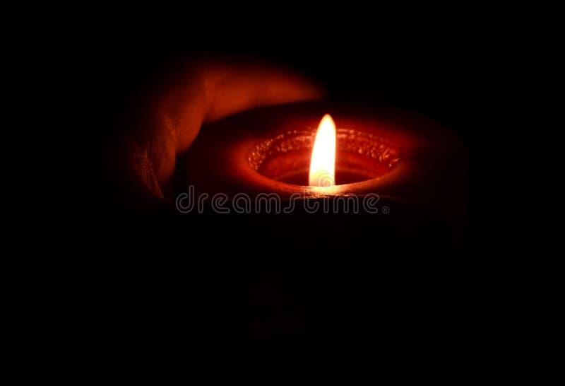 καίγοντας χέρι κεριών στοκ φωτογραφίες