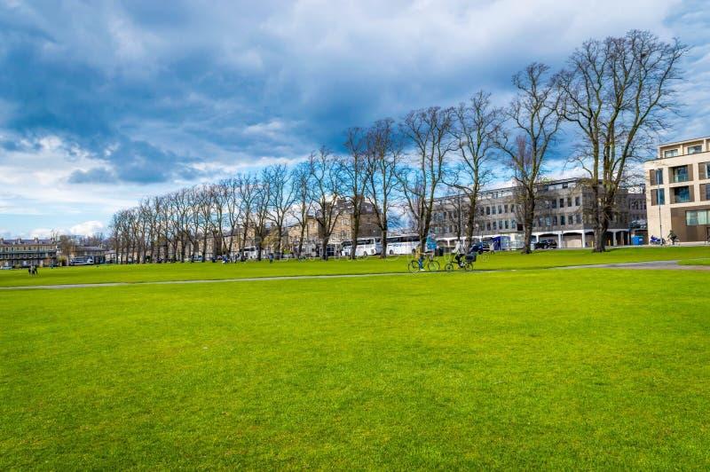 Καίμπριτζ, Cambridgeshire, Ηνωμένο Βασίλειο - 16 Απριλίου 2016 Άνθρωποι που ανακυκλώνουν στο κομμάτι Perkers μια φωτεινή ηλιόλουσ στοκ εικόνες