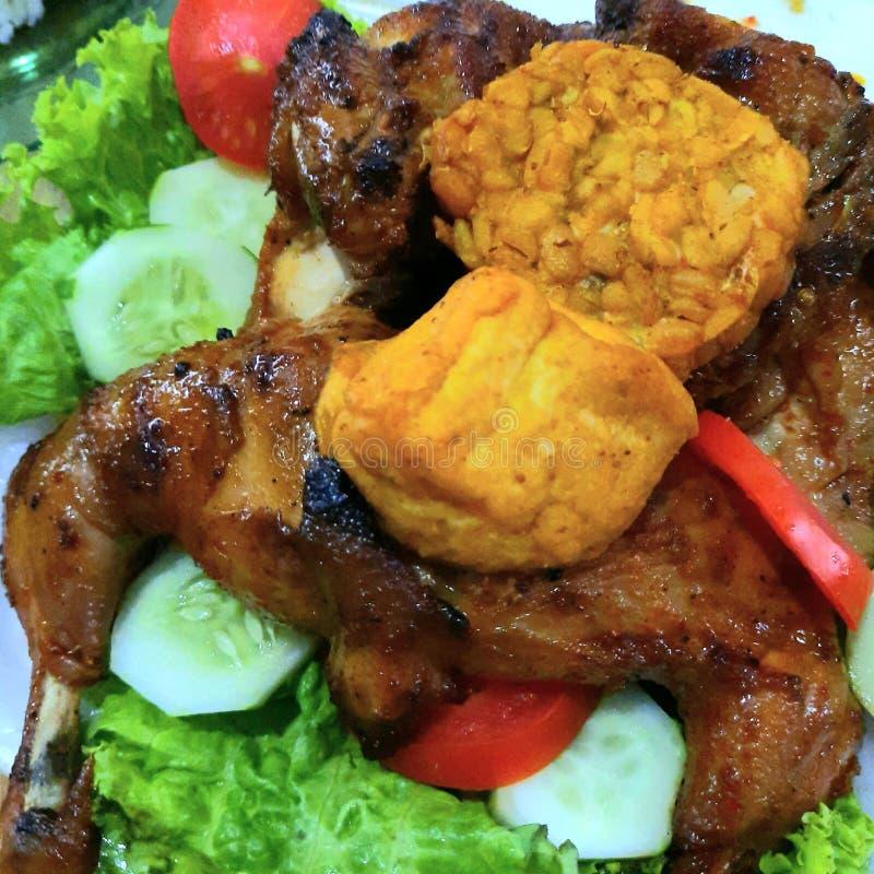 Καβουρντισμένο κοτόπουλο με Fried Tempe και Tofu στοκ φωτογραφίες
