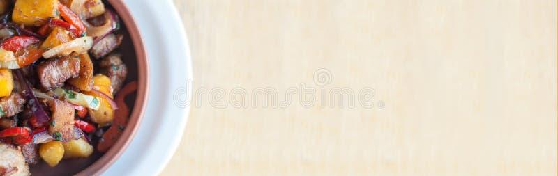 Καβουρντισμένο χοιρινό κρέας με λαχανικά στον ατμό: πατάτα, κρεμμύδι, πιπέρι κουδουνιού στον κεραμικό τσίγκο Γεωργιανό φαγητό oja στοκ φωτογραφία με δικαίωμα ελεύθερης χρήσης