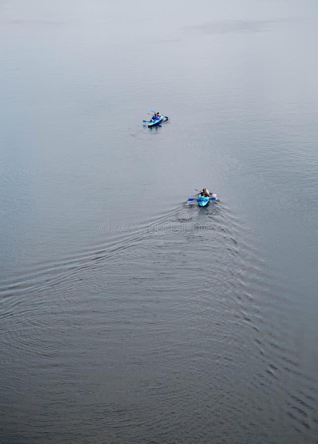 Καγιάκ. Άνθρωποι που στον ποταμό Dnipro. Κίεβο, Ουκρανία. στοκ εικόνα με δικαίωμα ελεύθερης χρήσης