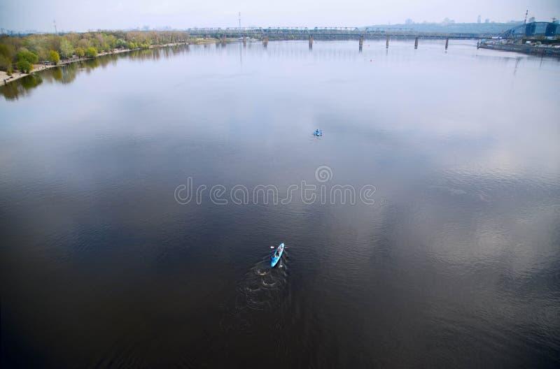 Καγιάκ. Άνθρωποι που στον ποταμό Dnipro. Κίεβο, Ουκρανία. στοκ φωτογραφία
