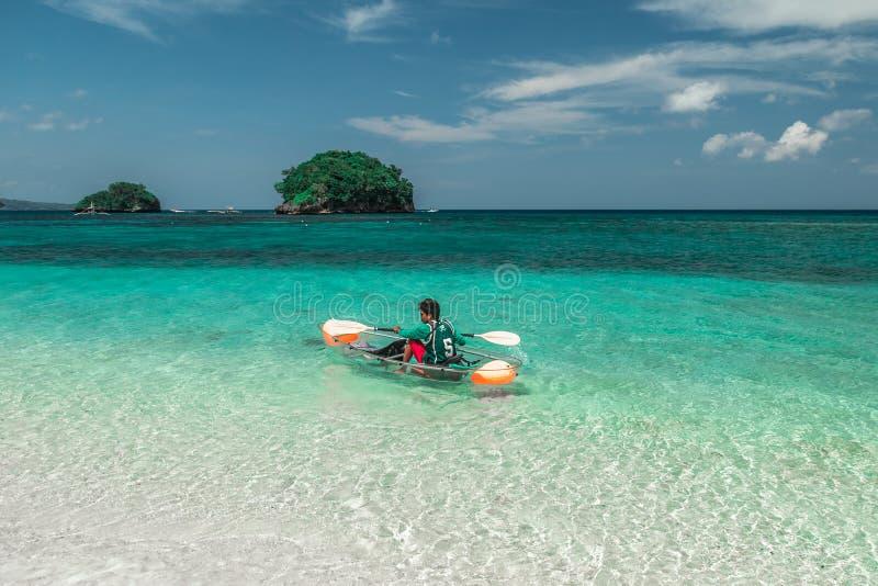 Καγιάκ γυαλιού με ένα τοπικό άτομο που κολυμπά την τυρκουάζ θάλασσα σε Bora Bora, Ταϊτή - τον Ιανουάριο του 2018 στοκ φωτογραφίες με δικαίωμα ελεύθερης χρήσης
