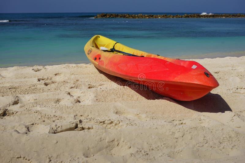 Καγιάκ και κουπί από την ακτή στην όμορφη άσπρη άμμο Labadee, Αϊτή στοκ εικόνες