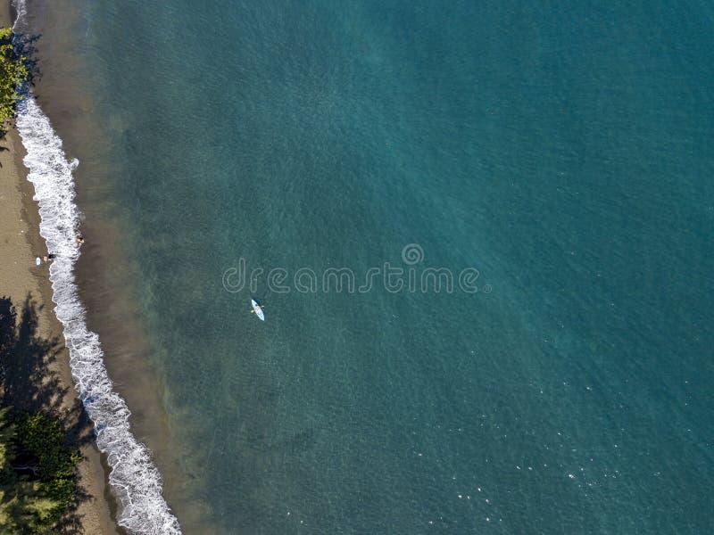 Καγιάκ κανό που κωπηλατεί στο γαλλικό της Πολυνησίας Ταϊτή τροπικό κουπί άποψης παραδείσου εναέριο στοκ εικόνες