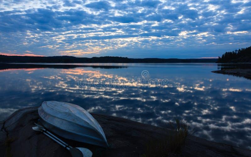 Καγιάκ σε μια λίμνη στοκ εικόνες