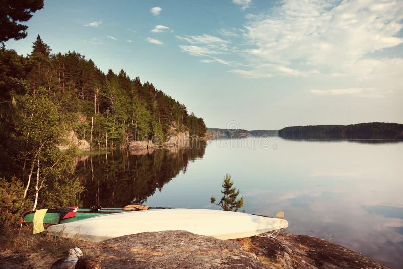 Καγιάκ στην ακτή λιμνών με το φίλτρο ύφους Instagram στοκ φωτογραφίες