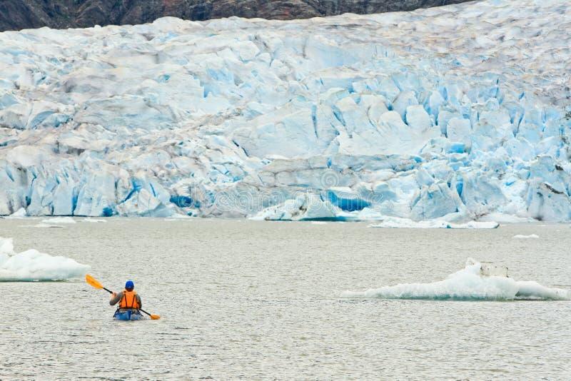 Καγιάκ της Αλάσκας που κωπηλατεί τη λίμνη παγετώνων Mendenhall στοκ εικόνα