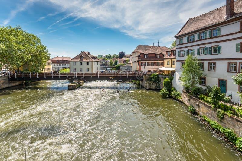 Καγιάκ slalom στον ποταμό Regnitz, Βαμβέργη, Βαυαρία, Γερμανία στοκ εικόνα